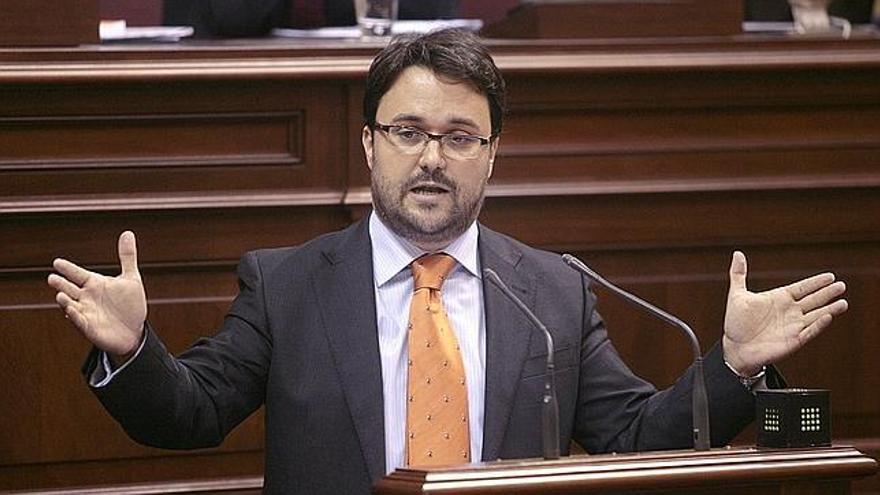 Asier Antona durante una intervención en el Parlamento de Canarias. Efe.