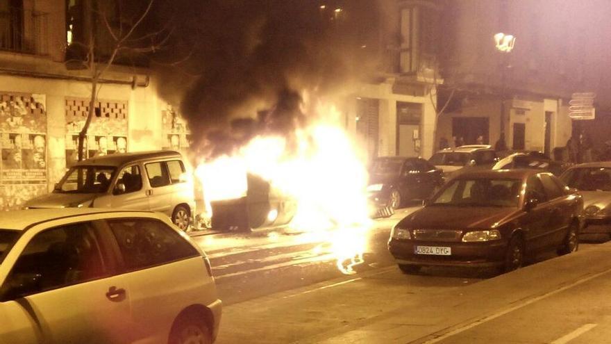 Contenedores ardiendo junto a un Citroen Berlingo, que resultó parcialmente quemado / Cedida por @bancadaurbana