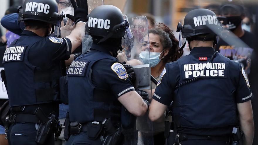 Una manifestante protesta frente a una línea policial este domingo en Washington DC en respuesta a la muerte de George Floyd y la brutalidad policial