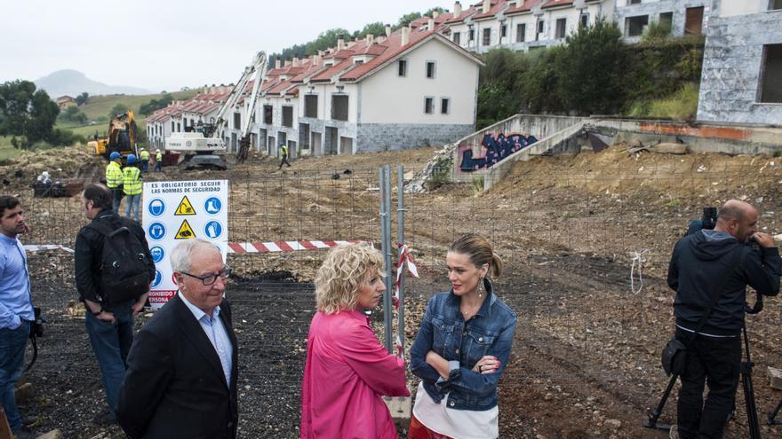 Díaz Tezanos, junto a la alcaldesa de Piélagos, durante la demolición de las viviendas ilegales.   J.G. SASTRE