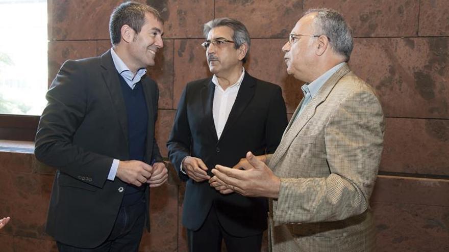 El jefe del Ejecutivo autonómico, Fernando Clavijo (i), conversa con los presidentes de los grupos parlamentarios de Nueva Canarias y del Grupo Mixto, Román Rodríguez (c) y Casimiro Curbelo