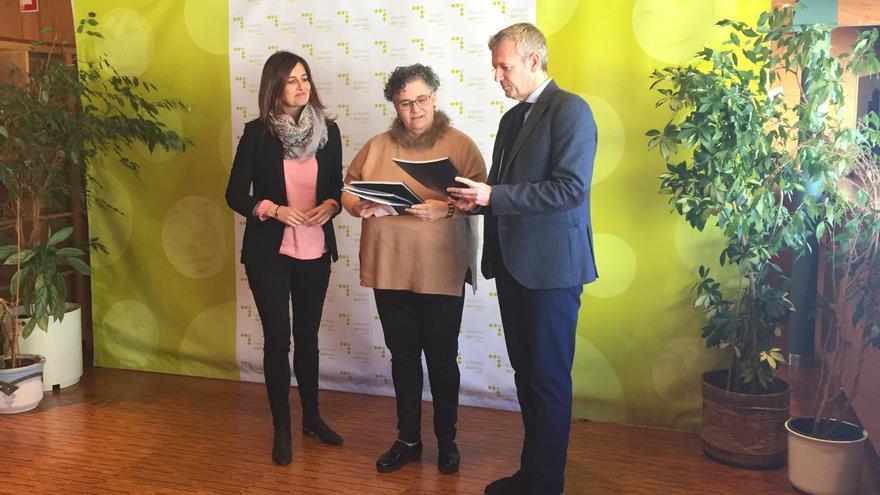 El vicepresidente de la Xunta, Alfonso Rueda, entrega el informe anual de transparencia a la Valedora do Pobo, Milagros Otero