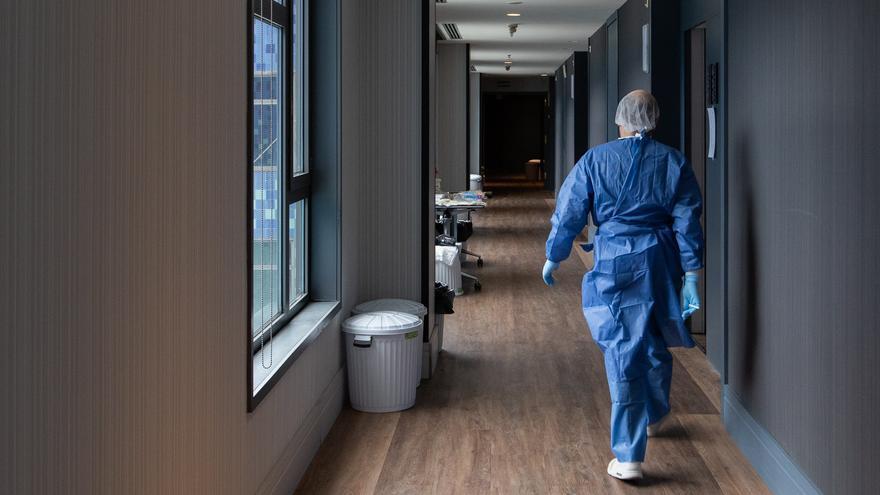 Un profesional sanitario, en uno de los pasillos del hotel Catalonia Barcelona Plaza.