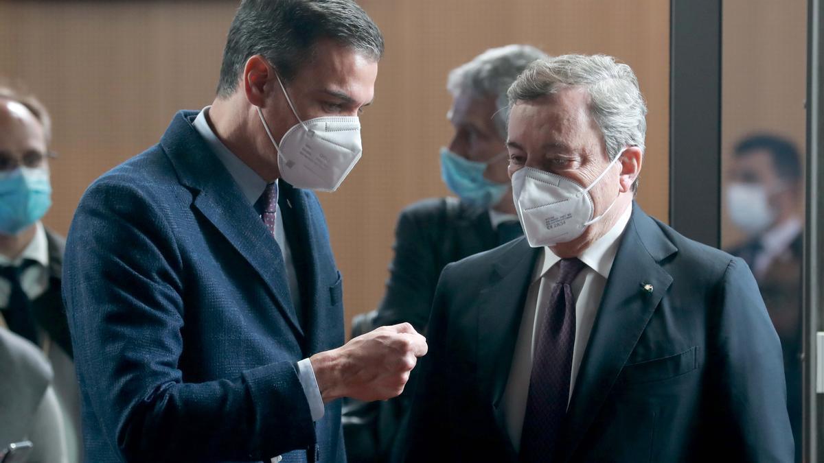 El presidente del Gobierno, Pedro Sánchez, y el primer ministro italiano, Mario Draghi, el 24 de mayo en Bruselas.