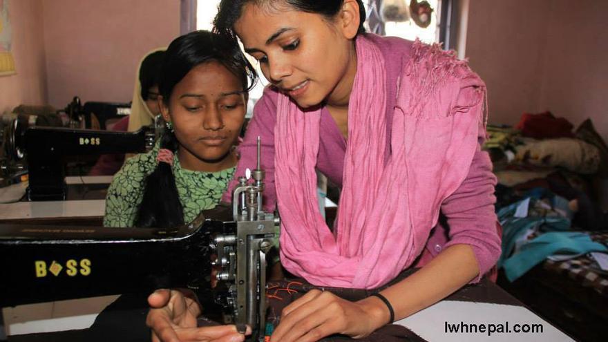 Nasreen enseñando a una mujer que participa en el proyecto social. Foto: Imagen cedida.