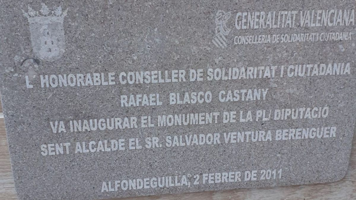 Una de les plaques a Fondeguilla a les quals fa referència Compromís.