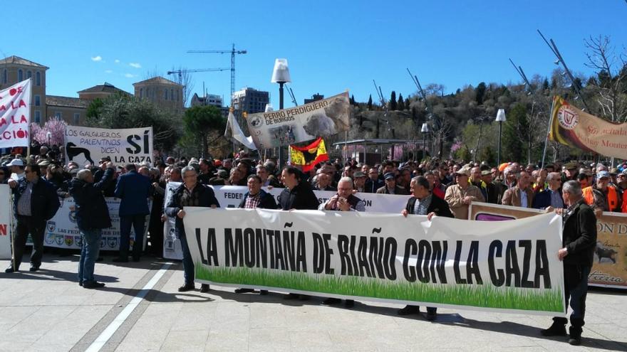 Manifestación a favor de la caza ante la sede de las Cortes de Castilla y León en Valladolid