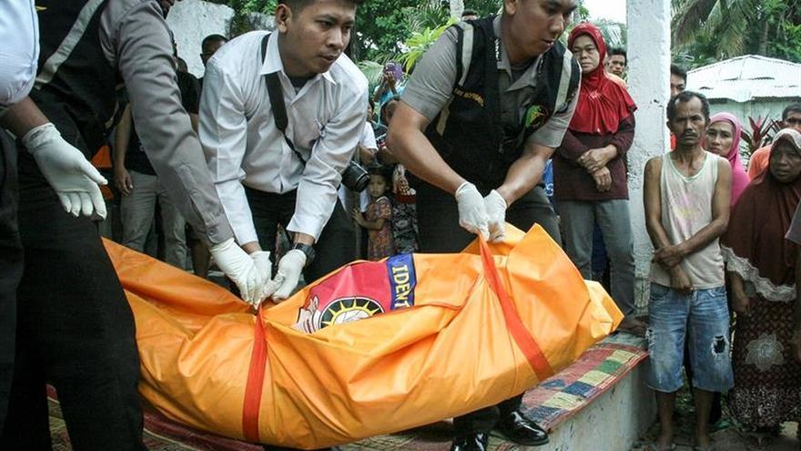 Al menos 21 muertos y 34 desaparecidos en un naufragio en Indonesia