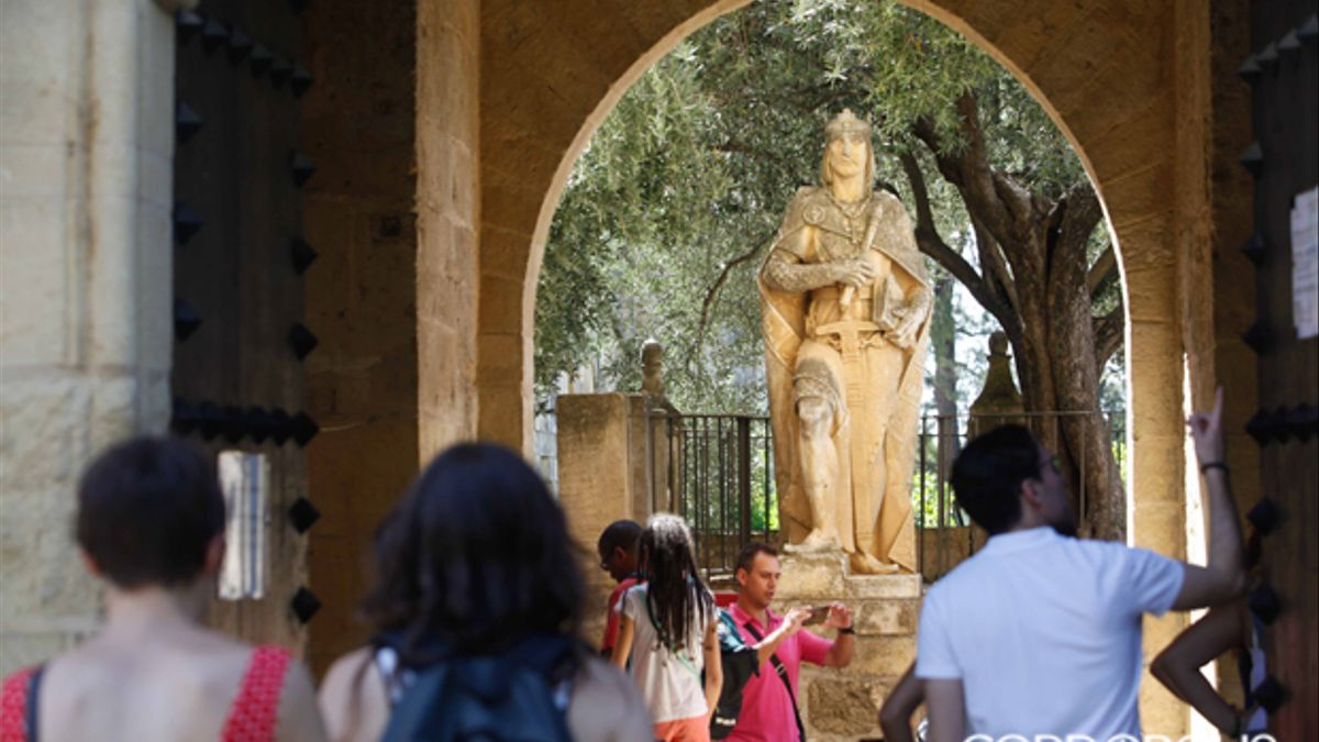 Turistas accediendo al Alcázar de los Reyes Cristianos