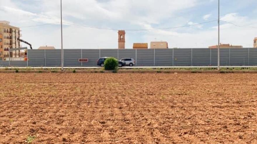 El muro antiruido levantado en plena huerta de Benifaraig