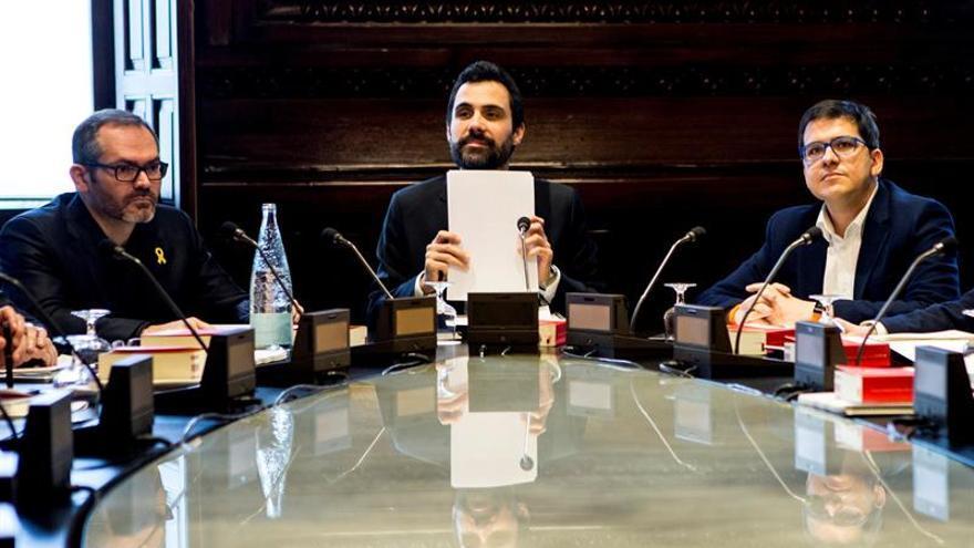 La Mesa del Parlament acuerda querellarse contra Llarena con reticencias de letrados