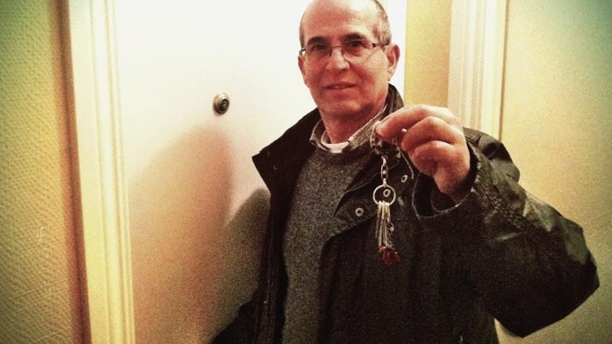 Anwar con las llaves de su piso, que entregó en Febrero al banco a cambio de cancelar la deuda (cc Juan Luis Sánchez)