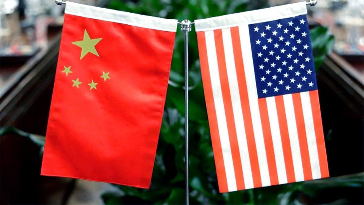Los dos estandartes: cinco estrellas de la República Popular, cincuenta estrellas de la Unión. En paralelo a las negociaciones, en EEUU senadores de los cincuenta estados aprobaron destinar a la competencia tecnológica con China un programa de miles de millones de dólares (debaten cuántos).