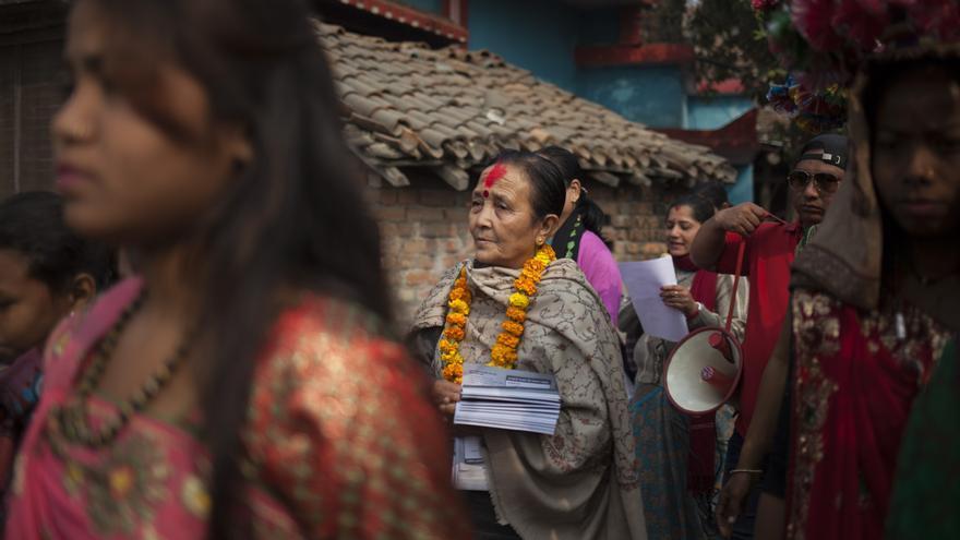 Anuradha Koirala, fundadora de Maiti Nepal –nuestra organización socia en la lucha contra la trata en este país–, recorre las calles de la localidad de Kothi Hawa. El trabajo de sensibilización y activismo en las comunidades rurales es fundamental para sensibilizar a la población de los peligros de la trata: se reparten folletos, se pegan carteles, se informa puerta a puerta y se dan charlas en distintos puntos de la localidad. Foto: Ayuda en Acción / Ofelia de Pablo y Javier Zurita