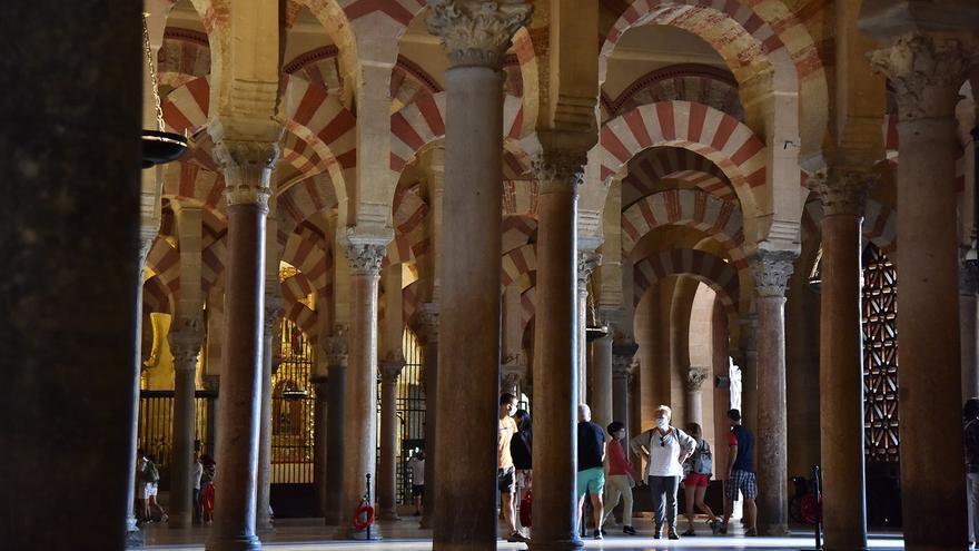 Archivo - Turistas en el interior de la Mezquita-Catedral de Córdoba en foto de archivo.