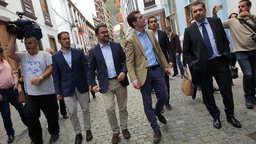 Pablo Casado, este miércoles, en la calle Real de Santa Cruz de La Palma, con Asier Antona,  Mariano Hernández, Borja Pérez y Juanjo Cabrera.