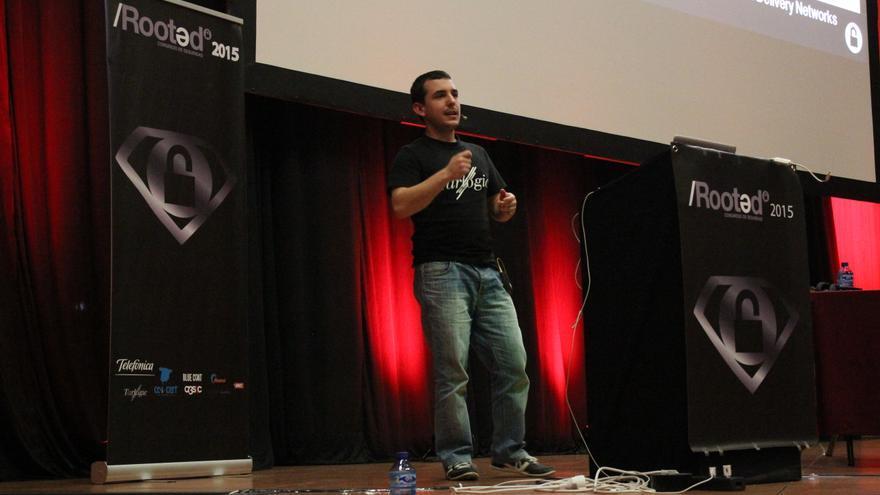 Villa muestra su prototipo de videoclub pirata a los asistentes de Rooted CON