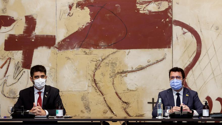 Aragonès, junto a su vicepresidente, Jordi Puigneró durante la reunión semanal del Govern. EFE/Quique García