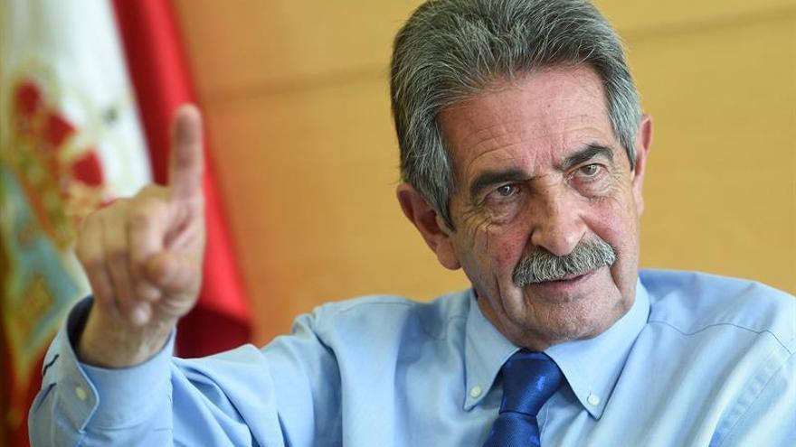 "Revilla anima a Pedro Sánchez a ""seguir luchando"" si se ve con fuerza"