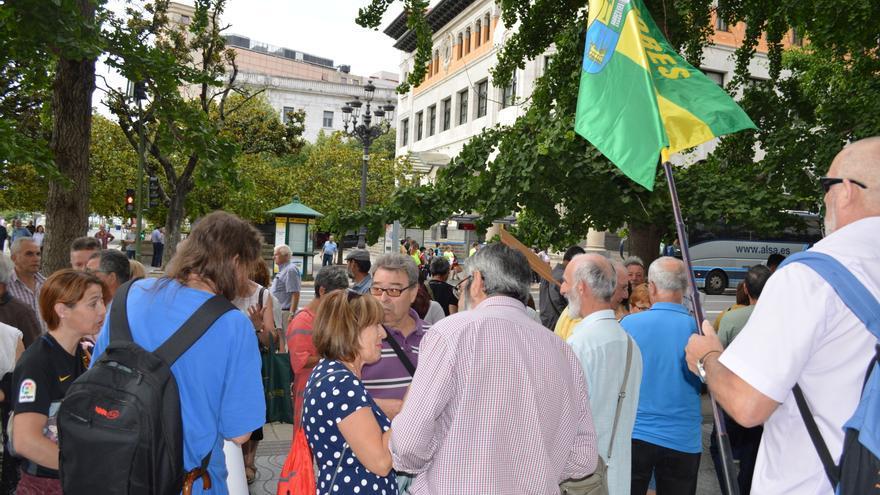 Algunos de los manifestantes en los minutos previos a la comparecencia del portavoz de la Coordinadora