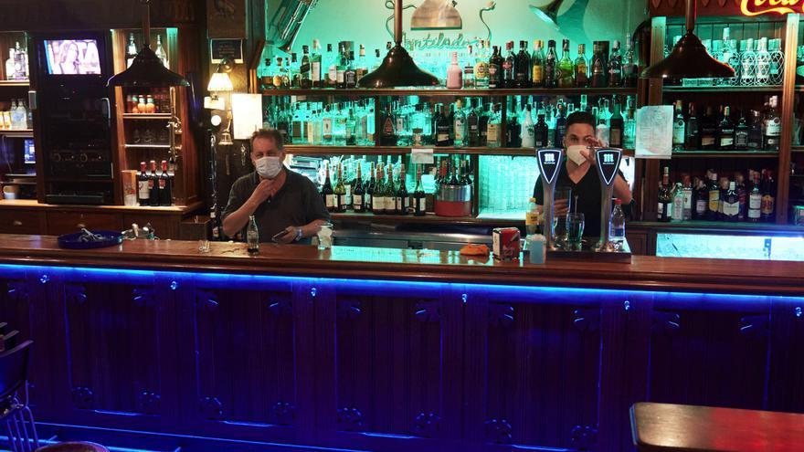 Archivo - Dos camareros en un local de ocio nocturno, antes de su cierre a medianoche