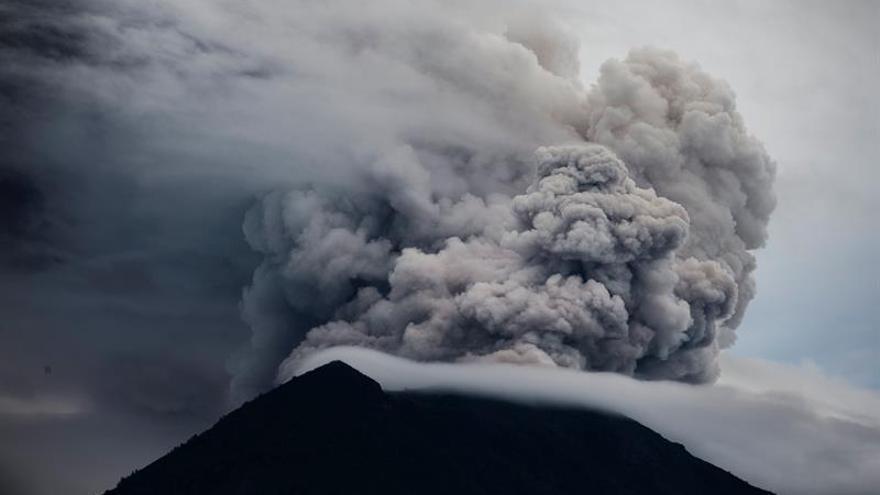 El volcán Agung, en la isla de Bali, arroja una nube humo y lluvia de ceniza