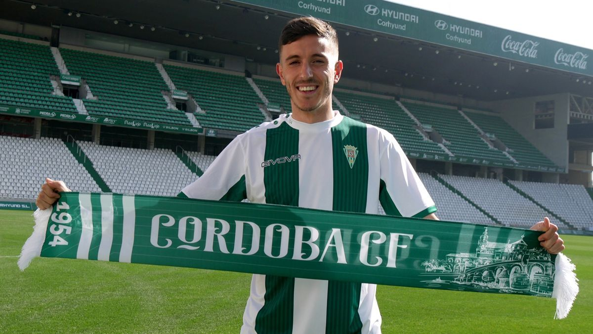 Alberto Ródenas posa como nuevo fichaje del Córdoba.