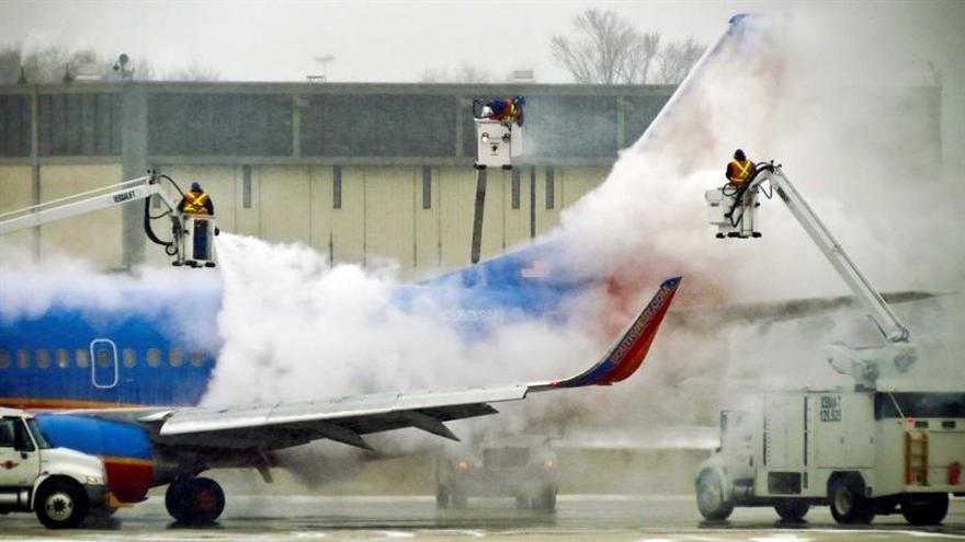Aterriza un avión de emergencia en Filadelfia tras reventarle un motor