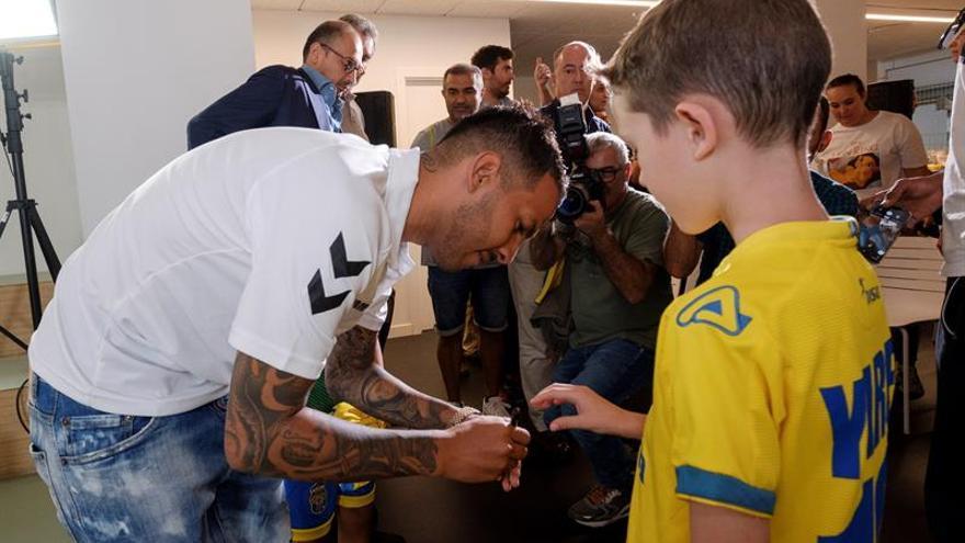 Viera junto a un joven aficionado amarillo en su acto de presentación como nuevo jugador amarillo.