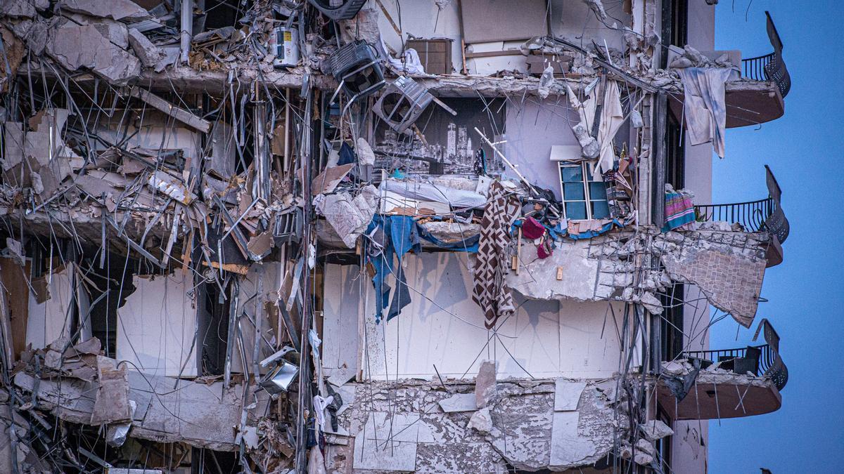 Vista exterior del edificio de 12 pisos derrumbado parcialmente hoy, cerca de 88th Street y Collins Avenue, en la ciudad de Surfside, al norte de Miami Beach, Florida (EE.UU.). EFE/ Giorgio Viera