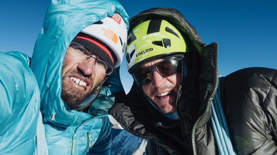 Hansjörg Auer y Alex Blümell en la cima del Gimmigela Este (7.005 metros).