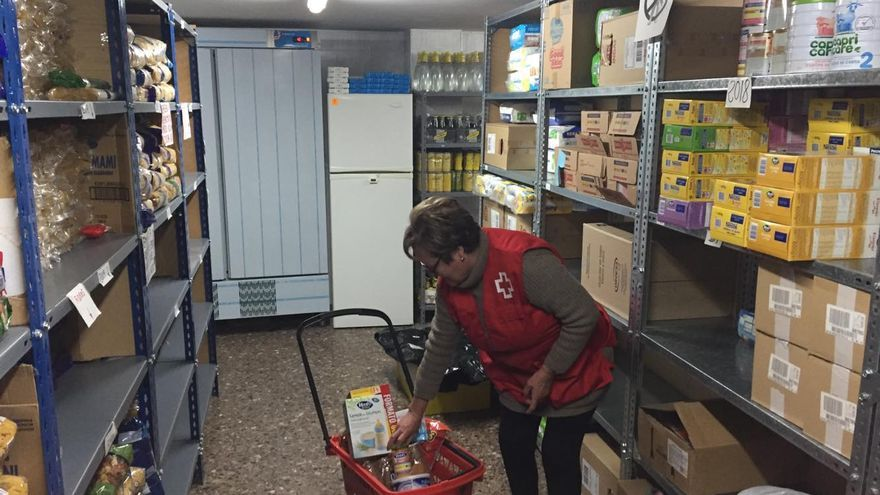 Una voluntaria de Cruz Roja preparando un lote de comida