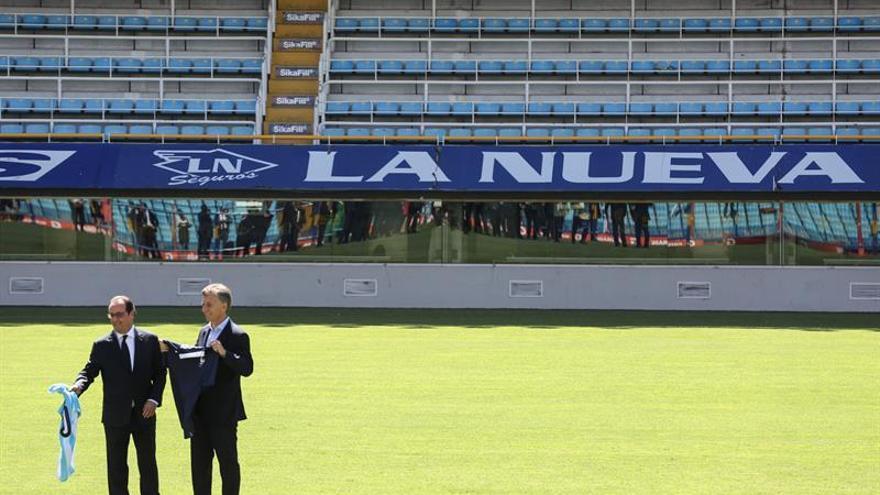 Hollande recorre la Bombonera acompañado por Macri en su visita a Argentina