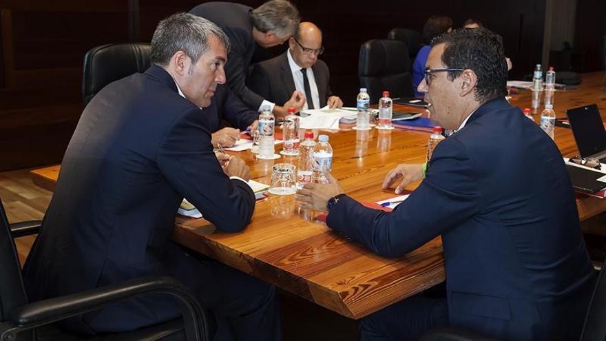 El presidente del Gobierno de Canarias, Fernando Clavijo (i), conversa con el vicepresidente del ejecutivo canario, Pablo Rodríguez (d), durante el Consejo de Gobierno celebrado en Santa Cruz de Tenerife.