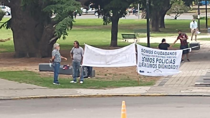 Ex policías frente al Ministerio de Seguridad en La Plata