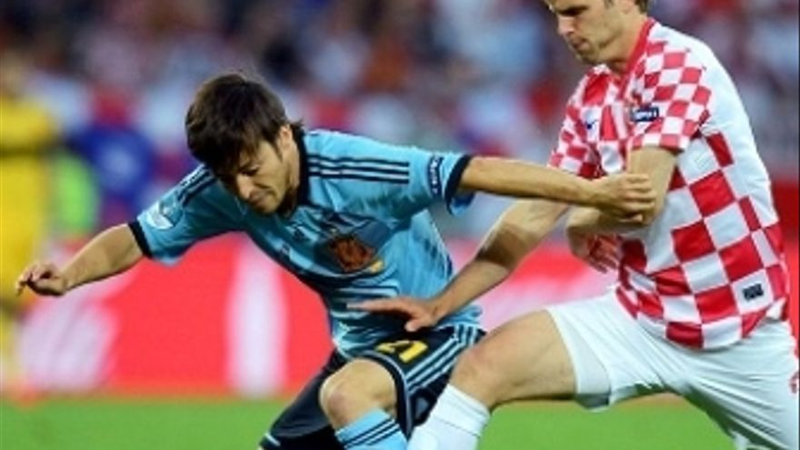 Silva pugna por la posesión con un jugador croata. (rfef.es)