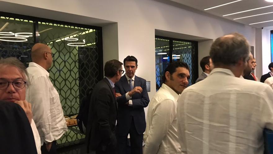 José Manuel Soria charla con otros empresarios durante el foro organizado con motivo de la presencia de Pedro Sánchez a Cuba