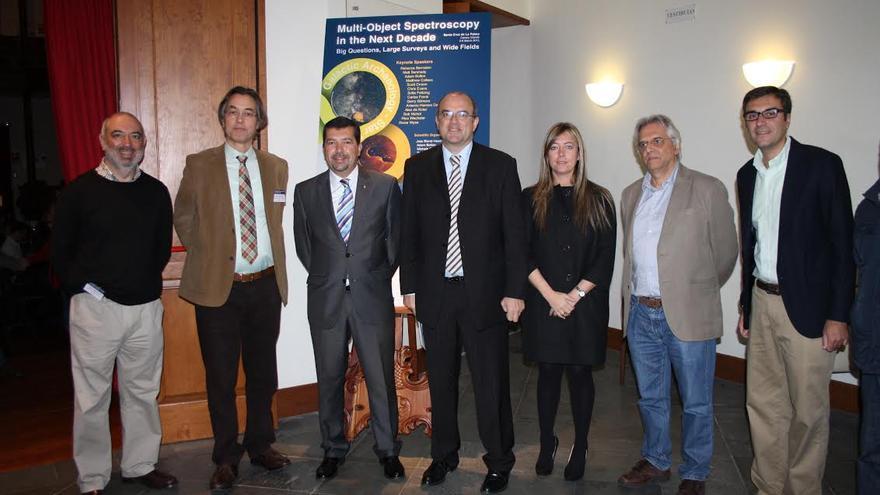 En la imagen, autoridades, científicos y organizadores del Consejo Internación de Astrofísica en el acto inaugural celebrado este lunes en el Teatro Circo de Marte.