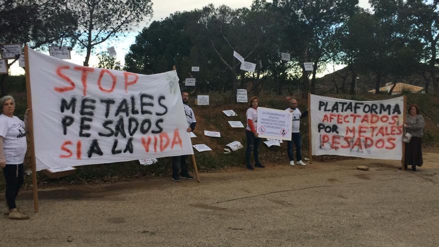 Miembros de la Plataforma de Afectados por los Metales Pesados manifesándose en El Llano del Beal