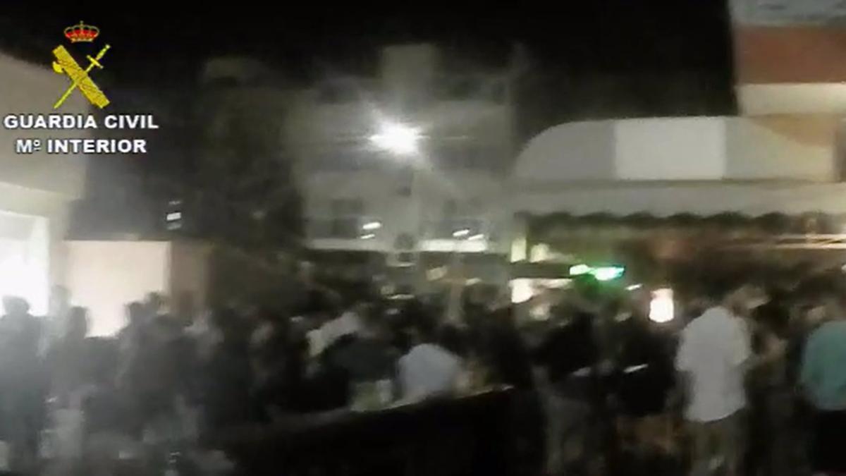 La Guardia Civil disuelve varias aglomeraciones nocturnas con cientos de personas en Fuerteventura.