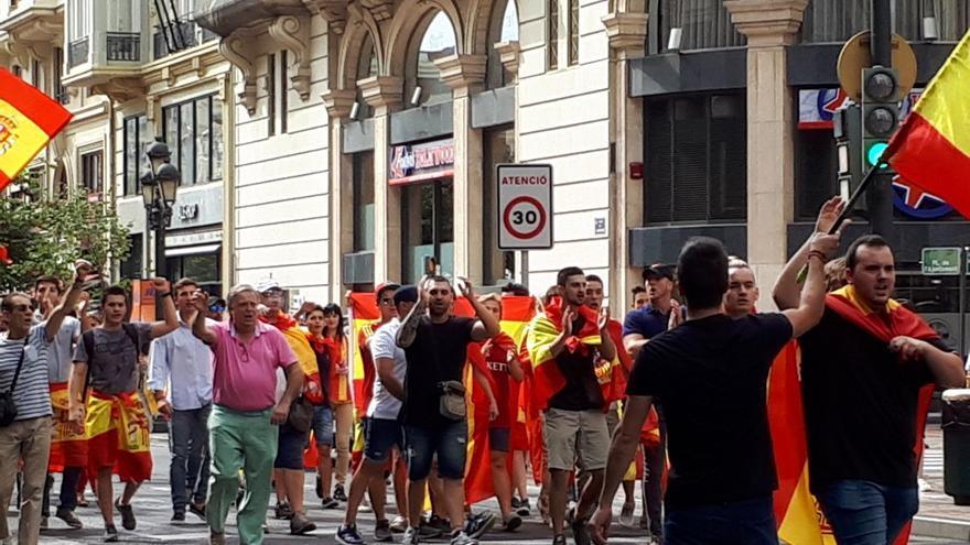 Elementos de  los Yomus, entre los manifestantes del 30 de septiembre en Valencia a la salida de la plaza del Ayuntamiento..