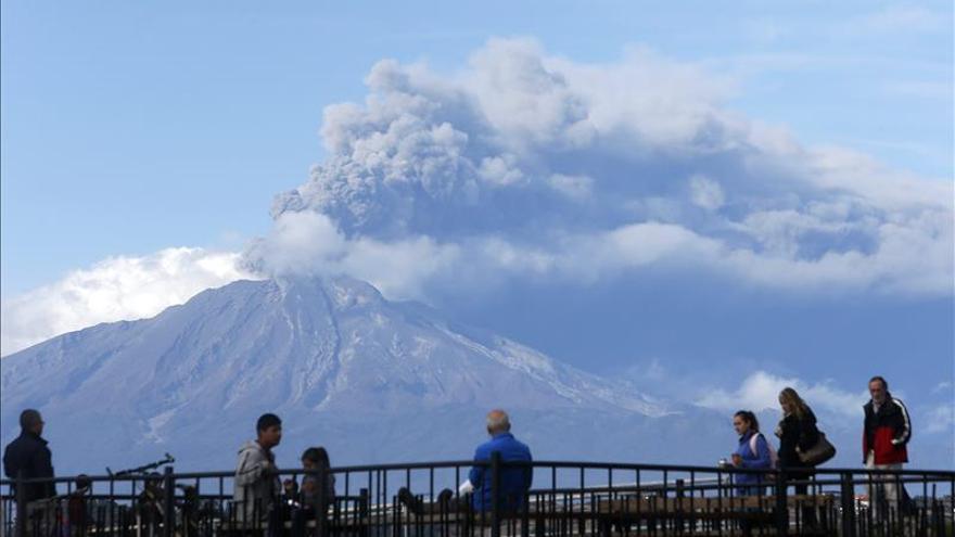 El volcán chileno Calbuco disminuye su actividad pero no se descarta una nueva erupción