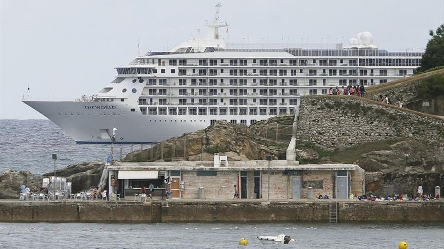 The World, el crucero-residencia más lujoso de mundo, fondea en San Sebastián