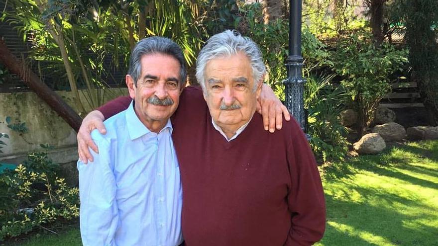 Revilla y Pepe Mujica en una imagen difundida en las redes sociales por el presidente cántabro.
