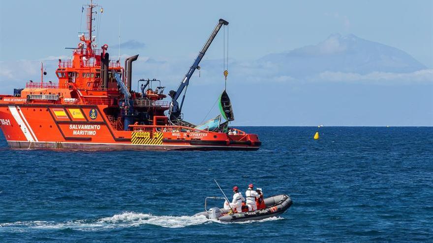 Salvamento rescata a los 52 ocupantes de una patera y los lleva a Gran Canaria