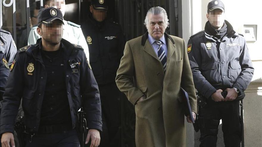 El exsenador y extesorero del PP Luis Bárcenas, a su salida de la sede de la Fiscalía Anticorrupción tras declarar. / Efe