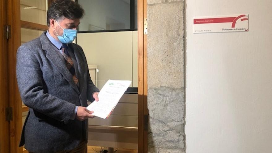 El portavoz parlamentario de Vox, Cristóbal Palacio, registra la enmienda a la totalidad al proyecto de Presupuestos de Cantabria para 2021