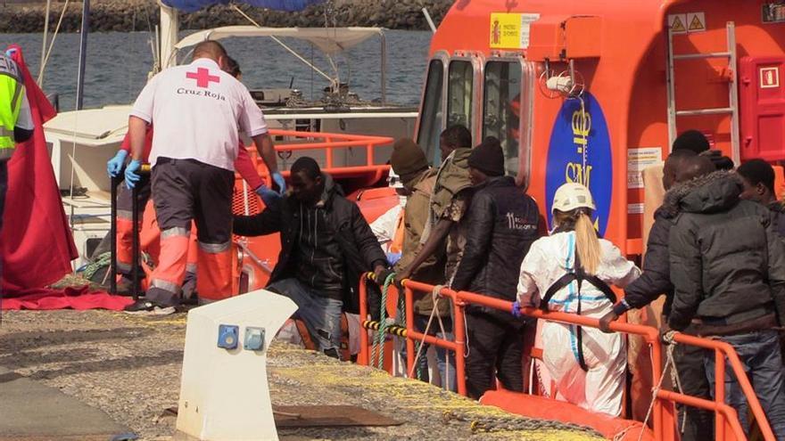 Llegada de los 27 migrantes subsaharianos localizados en una patera a 50 millas náuticas de Gran Camaria