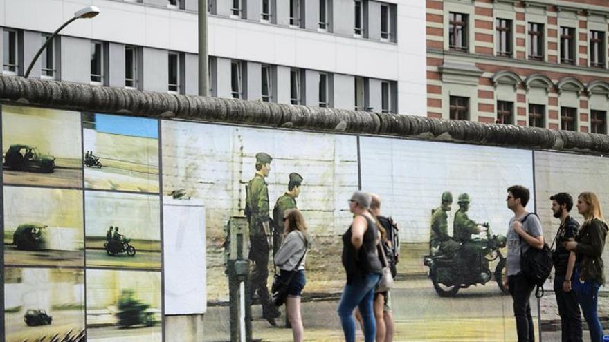 Una muestra traza la historia del muro de Berlín en un tramo original aún en pie