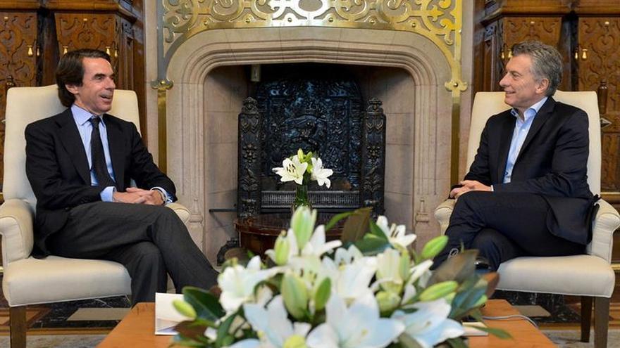 Mauricio Macri recibe a José María Aznar en su despacho de la Casa Rosada